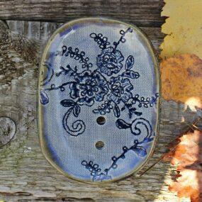 Mydelniczka ceramiczna zfragmentem SUKNI ŚLUBNEJ